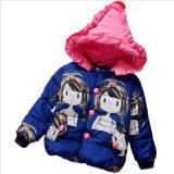 女の子は子供の着ることのための長い綿のコートを着色する