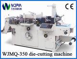 Máquina cortando da etiqueta
