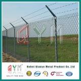 Звено цепи службы безопасности аэропорта ограждая загородку ячеистой сети авиапорта
