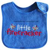 OEMの農産物はロゴの漫画によって刺繍された綿のテリーの男の子のDroolerの赤ん坊の胸当てをカスタマイズした