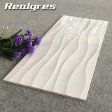 旧式で白いカラーラの一見の敏感な浴室の台所陶磁器の壁は300*600をタイルを張る