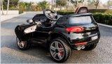 Kind-Plastikauto spielt elektrische Fahrt auf Auto