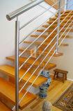 La escalera de madera del acero inoxidable con el pasamano adorna la escalera
