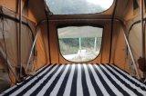 Tentmaker陸上で静かに黄色および緑の屋外車の屋根の上のテント
