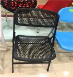椅子のEamesの屋外のプラスチック椅子と結婚するレストラン