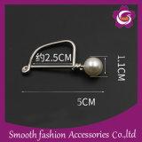 Brooch decorativo di Pin del tasto dell'ago della nuova perla di disegno dell'inarcamento della sciarpa di modo