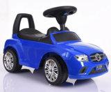 Les enfants ride sur les jouets bébé pousser voiture avec le cadre de poussée