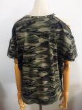 형식은 떨어져 어깨 Camo에 의하여 인쇄된 여자를 짧게 소매를 단다 t-셔츠를 입는다