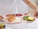Les enfants de dîner en plastique sans BPA divisé la plaque avec une cuillère et la fourche