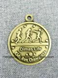 Шестерня сформировала античным медаль покрынное эмалью типом