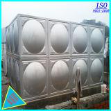 Grande depósito de água em aço inoxidável isolado
