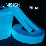 Resplandor azul del color en la cinta oscura del vinilo. Película luminescente