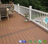 Un Decking más fuerte de madera de la teca de la impermeabilización WPC del moho de la alta calidad popular