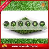 Hierba verde del césped sintetizado al aire libre del patio