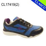 Pattini superiori della scarpa da tennis di sport delle donne con la sola suola