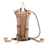 飲む袋が付いているバックパック袋をハイキングする旅行