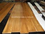De longues planches de parquet en bois massif de teck
