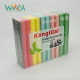 Platos coloridos de la espuma de la limpieza que limpian la esponja de fregado del asimiento de la mano de la esponja