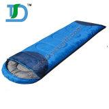 冬の屋外のレクリエーションのためのキャンプの寝袋