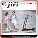 Individu sec équilibrant deux roues pliant le scooter électrique de coup-de-pied