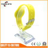Золото поставщик 13.56Мгц кремниевой технологии RFID браслет с рельефным логотипом Silk-Print номер и