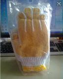 Отбеленный датчик 10 и PVC поставили точки белым перчатки связанные хлопком работая