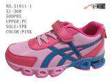 Trois chaussures de sport d'unité centrale de couleurs
