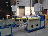 Scuderia che esegue la doppia plastica del tubo di colore che si sporge producendo macchinario