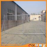 オレンジプラスチックフィートが付いている溶接された金網の一時塀