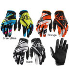 La guida alla moda nera di motocross mette in mostra i guanti per la corsa (MAG22)