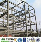 La estructura de acero de varios pisos del edificio de oficinas