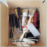Un conjunto de herramientas de pinceles y rodillos de plástico reforzado con fibra