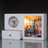 Casa de muñeca casera simple de la decoración con el modelo del reloj