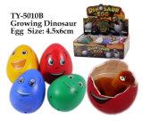 Crescente giocattolo divertente dell'uovo di dinosauro