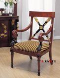 팔걸이를 가진 단단한 나무 의자를 식사하는 나무로 되는 책상
