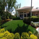 잔디를 정원사 노릇을 해 합성 잔디를 정원사 노릇을 하는 호텔