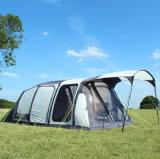 屋外のキャンプの10人のテント