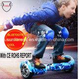 電気スクーターのバランスをとっている安い小型2つの車輪のスマートな自己