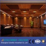 O som da sala de conferências absorve o painel acústico da parede de madeira