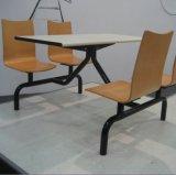 Таблица и стул трактира 4 людей обедая