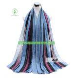 縦線のShawlふさを持つ印刷されたビスコーススカーフの方法女性