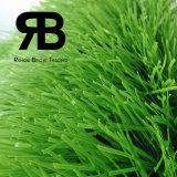 Ajardinando a grama artificial da alta qualidade, o relvado sintético, falsifica a grama do campo para o futebol, futebol, esportes