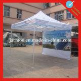 La pubblicità esterna schiocca in su la tenda dell'alluminio della visualizzazione