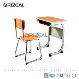 금속 테이블과 의자를 가진 현대 교실 가구
