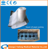青いクラフトのペーパーによって包まれる医学の吸収性綿のガーゼロール