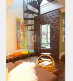 Escalera espiral con la barandilla de madera redonda