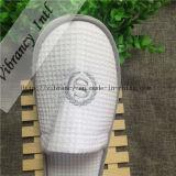 ワッフルの白く使い捨て可能な刺繍されたスリッパ