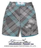 La spiaggia di estate mette i pantaloni in cortocircuito degli uomini del ragazzo