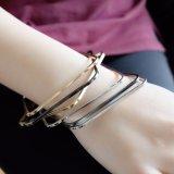 Trois bracelets de bracelets de grand dos de mélange de couleurs ont placé