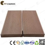 Um deck de madeira madeira de teca sintético